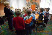 Pasowanie uczniow klas pierwszych na czytelnikow 2015_17