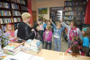 Pasowanie uczniow klas pierwszych na czytelnikow 2015_2